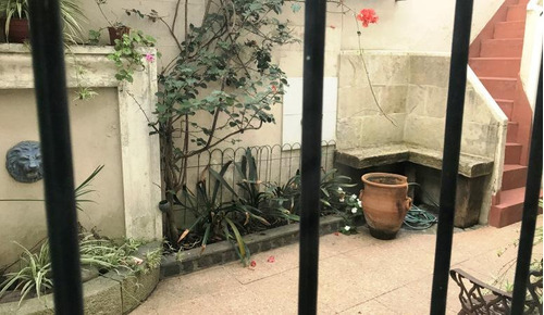 chalet en zona plaza mitre para vivienda, uso profesional o para desarrollo.