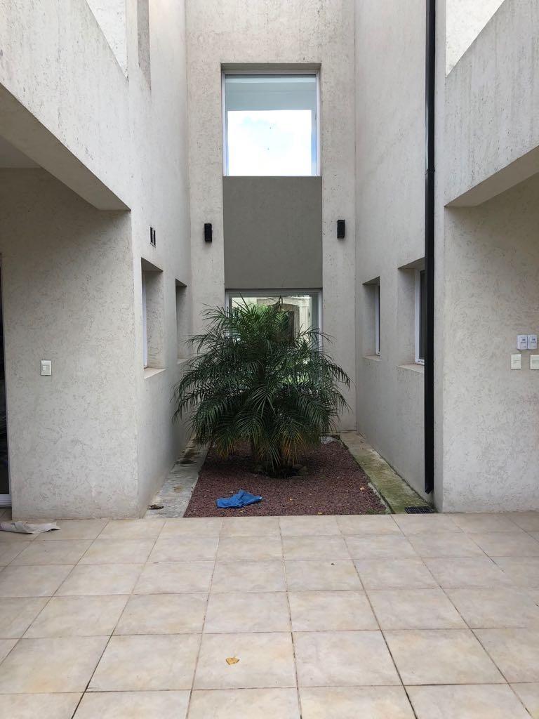 chalet moderno en barrio village, bella vista. cod 893