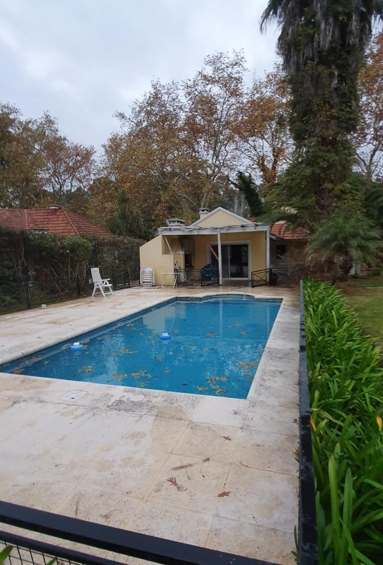 chalet sobre 2 lotes con piscina en country el paraíso