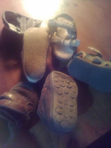 championsito de niños y un par de sandalia son 20 talle