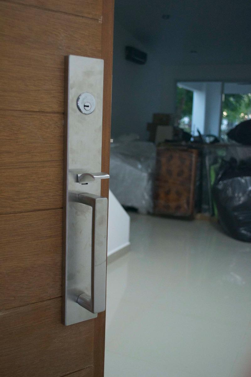 Chapa para puerta principal moderna cuadrada 3 for Puerta principal madera moderna