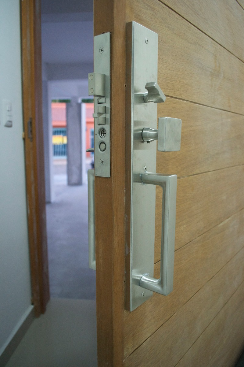Chapa para puerta principal moderna cuadrada 3 for Puertas de ingreso principal modernas