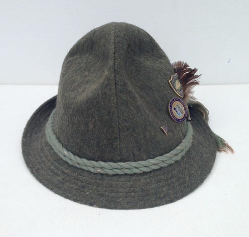 chapéu masculino com broches internacionais