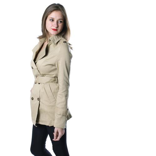 chaqueta ajustada a la cintura con detalle de botones