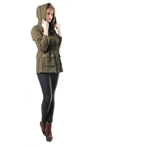 chaqueta con bolsillos al frente y cierres ocultos