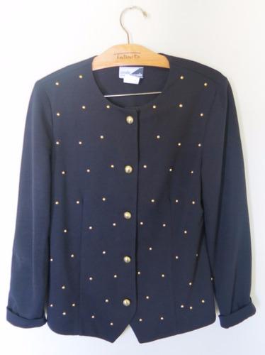 chaqueta negra con tachas