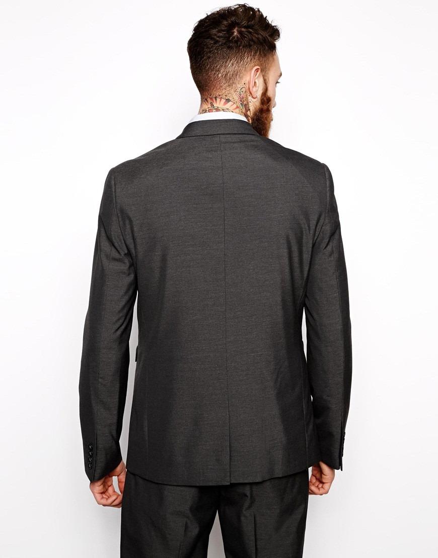 Por eso para que la chaqueta de traje sea la correcta, la manga deberá empezar justo, en el punto de unión entre la clavícula, el brazo y el hueso del hombro. Si realmente quieres acertar con la chaqueta de traje, no tienes más que fijarte en este simple detalle de los hombros.