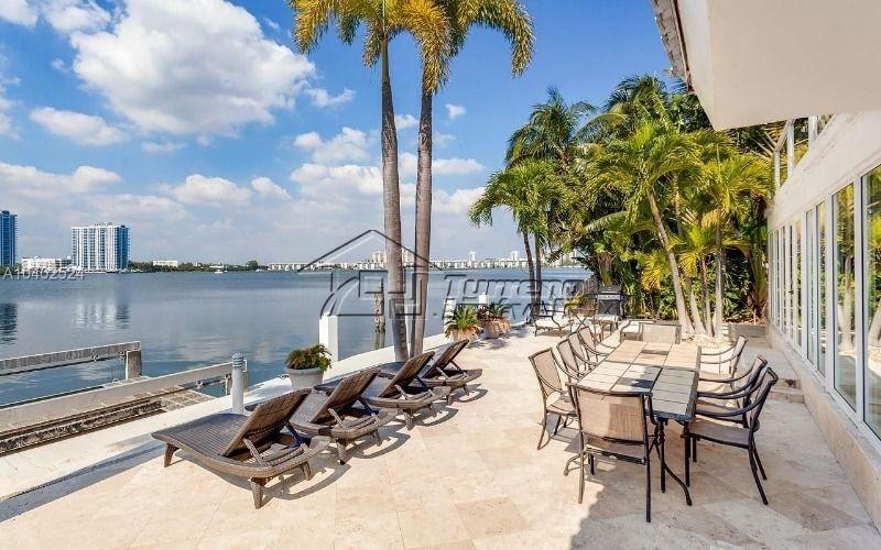 charmosa a beira do lago em miami