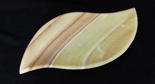 charola de onix modelo hoja de 40 cms. de largo.
