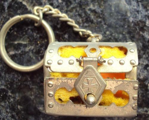 chaveiro metal - mini baú com linha e dedal - p29