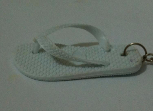 chaveiro modelo chinelo havaianas na cor branco