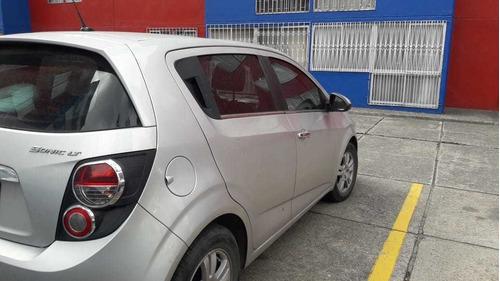 chevrolet sonic hatchback 2015 con aire acondicionad5 puerta