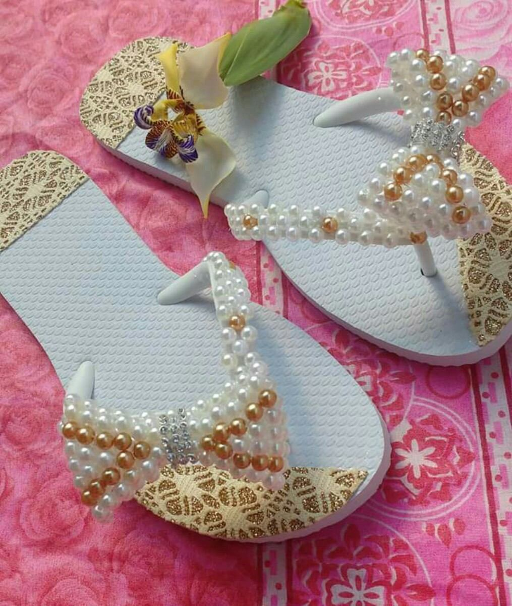 f8bfaad2e9 chinelo  sandália decorado bordado com pérolas tipo havaiana. Carregando  zoom.