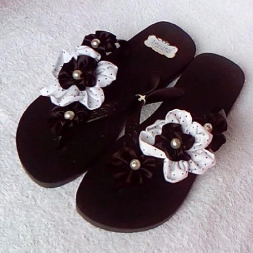 chinelos decorados, detalhes em pérola e flor de fuxico