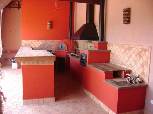 churrasqueira de tijolinho a vista, fogão e forno a lenha.