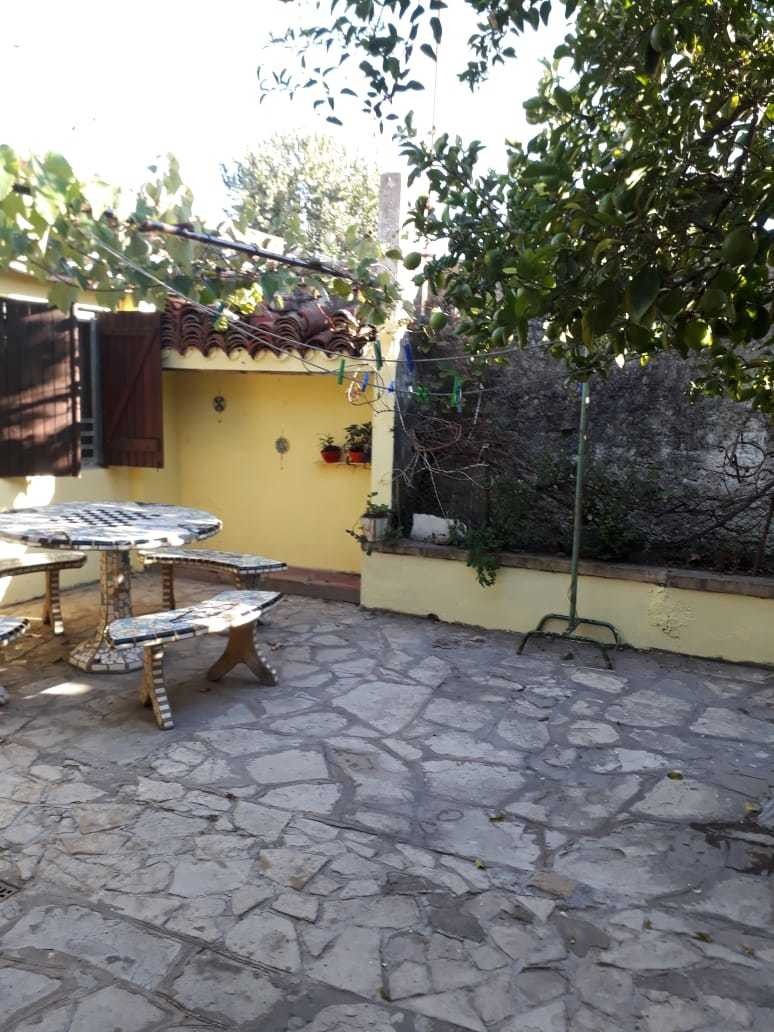 ciudad jardin: chalet zona lodelpa de 7 x 28, living comedor; cocina comedor; tres dormitorios; baño instalado; patio con galpon y terraza. venta inmediata!!!  f: 7352