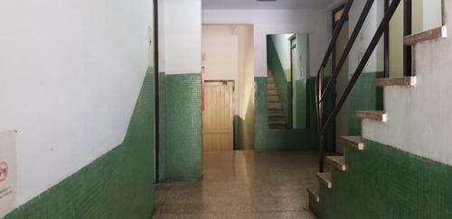 ciudad jardin: departamento de 3 ambientes en 3er piso al contrafrente sobre wernicke;   f: 7731
