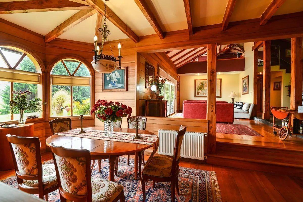clásica casa acompañada de cabaña  rústica