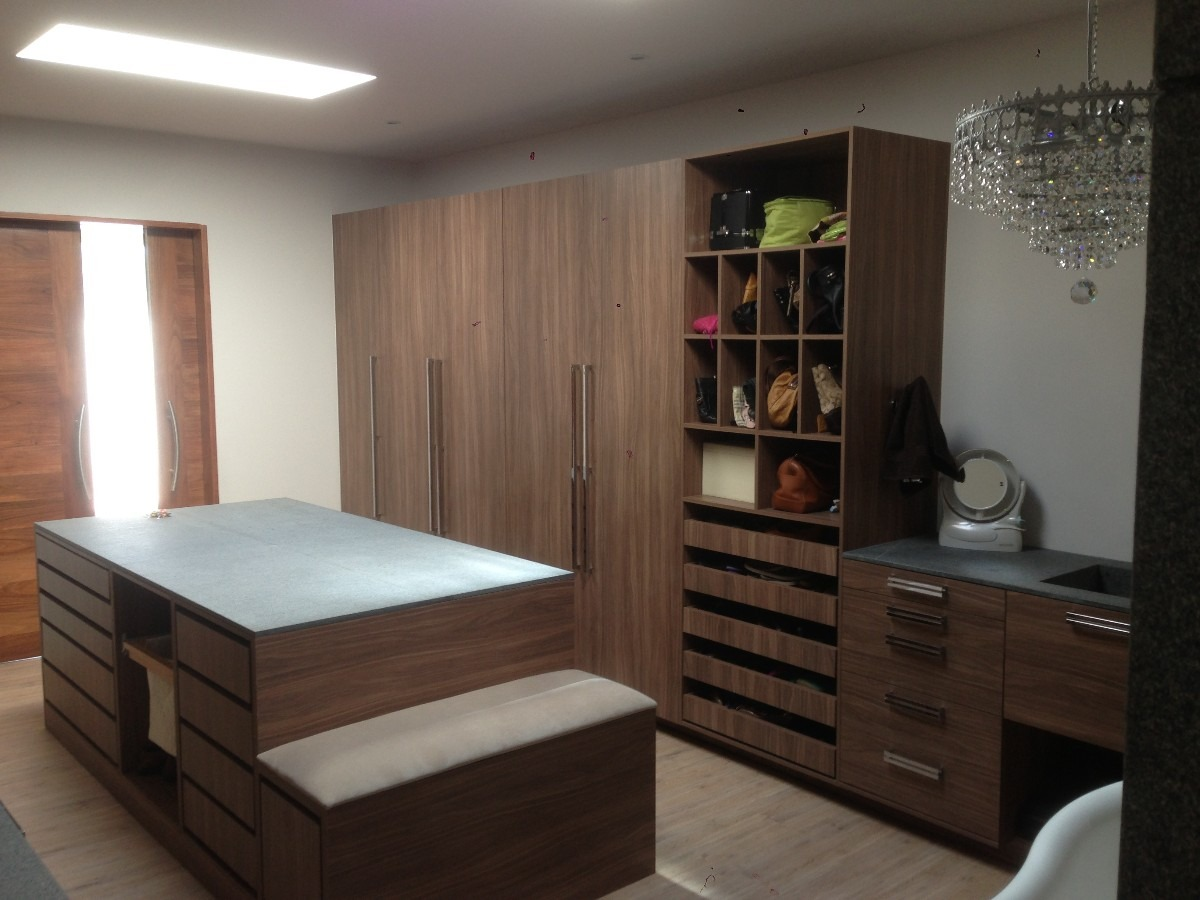 Closet vestidor sobre dise o minimalista melamina for Disenos de closets para recamaras