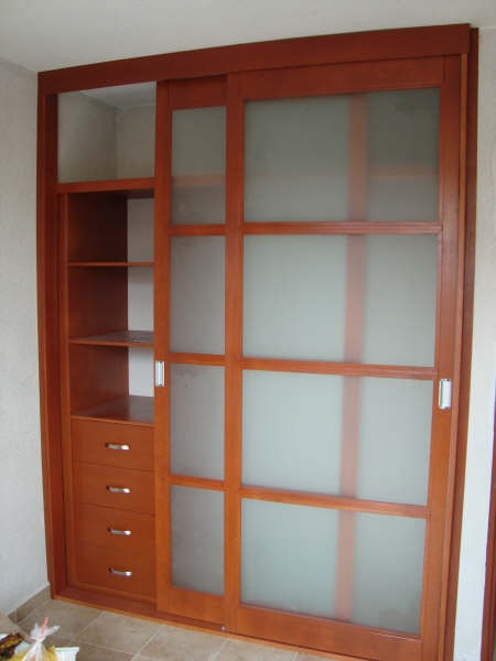 Closets armados en madera 100 natural en for Disenos de zapateras para closet