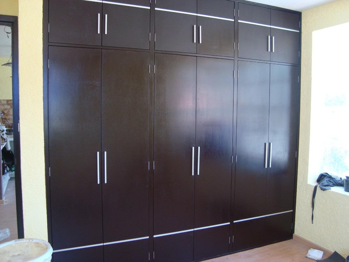 Closets armados en madera 100 natural en for Disenos de puertas de madera para closets
