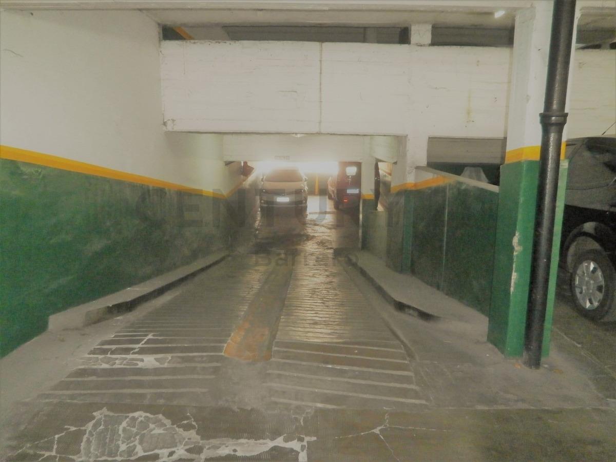 cochera cubierta amplia para automóvil grande o camioneta a metros de rivadavia
