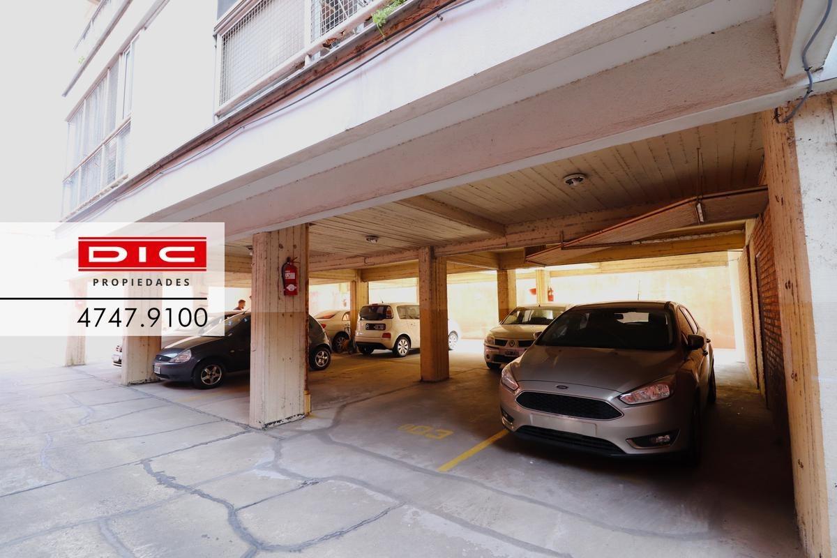 cochera cubierta c/porton automatico en centro de san isidro. edificio con seguridad 24hs
