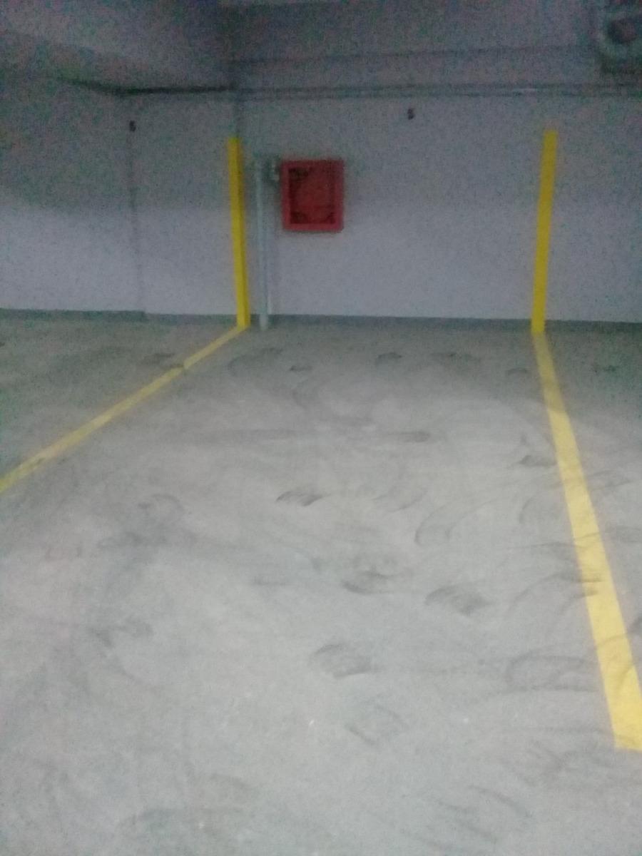 cochera cubierta dentro de edificio