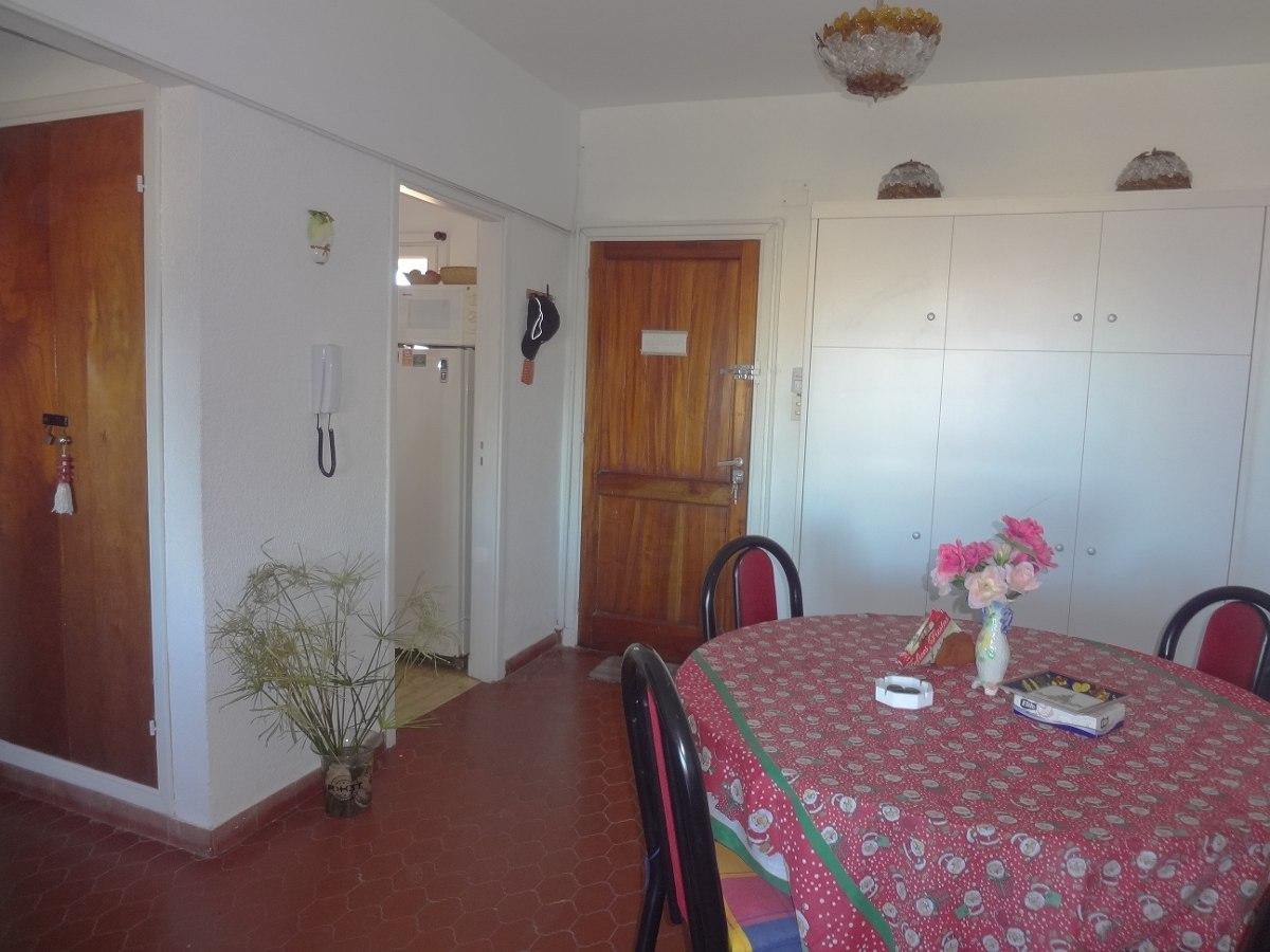 cochera cubierta, dormitorio c/ sommier, balcon c/ vista mar