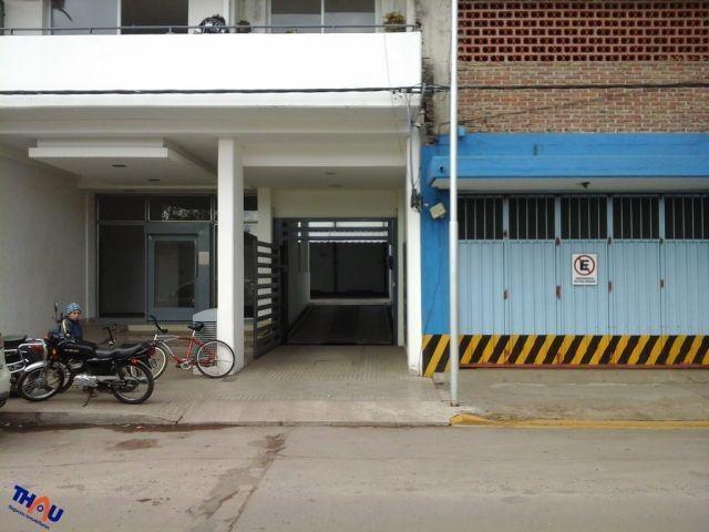 cochera nº 4 centrica con piso de hormigón, techo de chapa e ingreso por portón con control remoto.