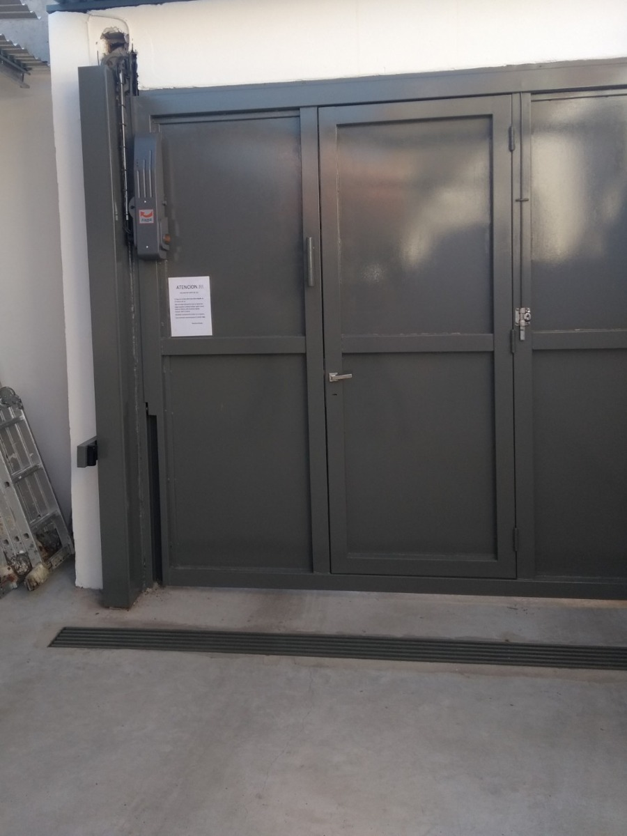 cochera semicubierta con portón automatizado