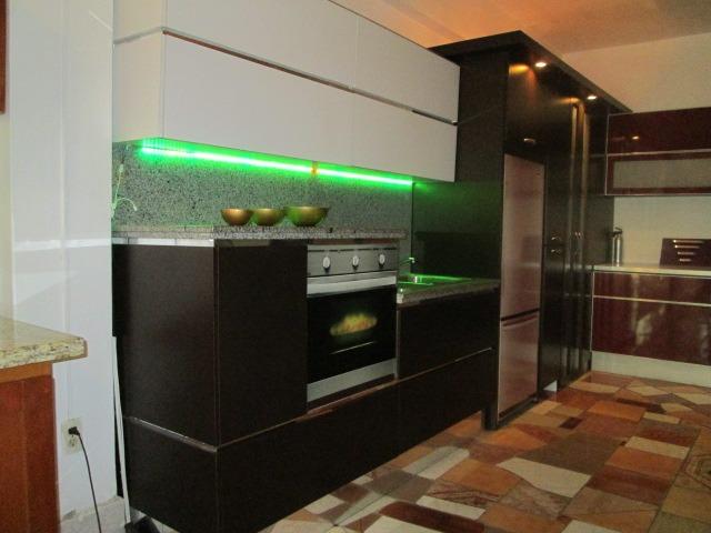 Cocina empotrada con tope y luz led gavinete moderno bs - Luz led cocina ...