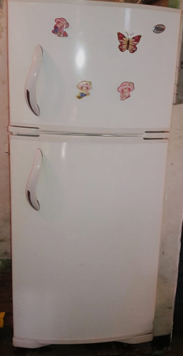 cocina , refrigeradora y cilindro