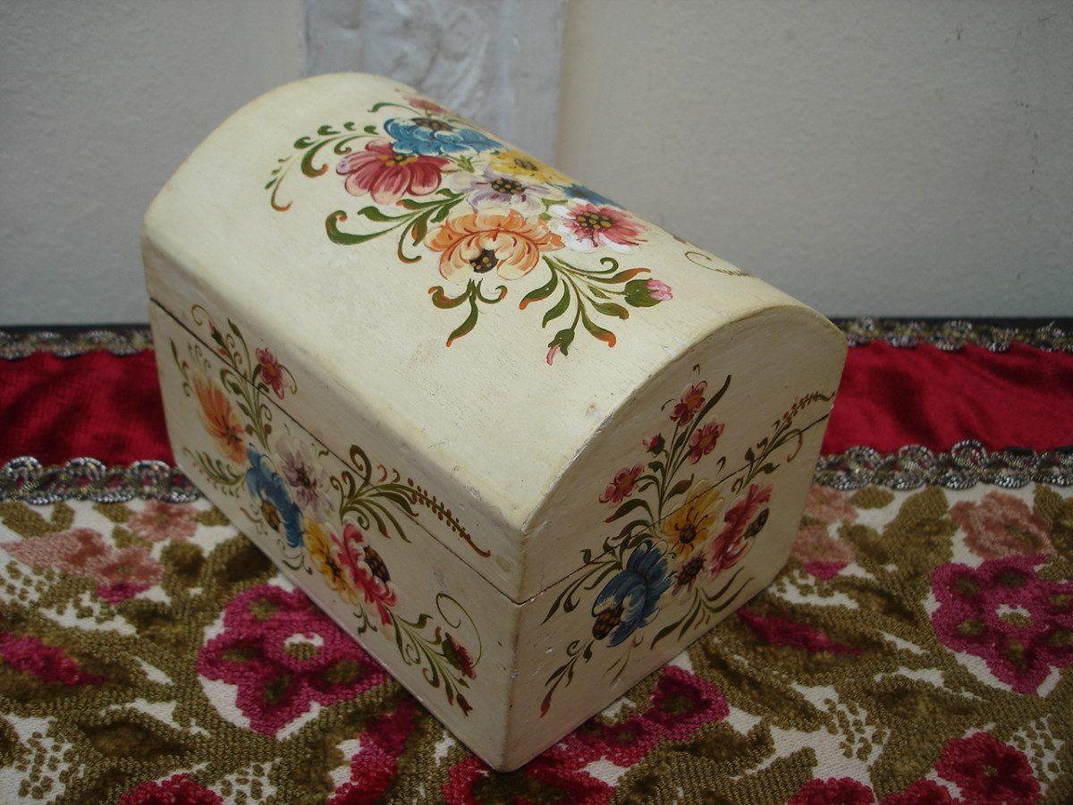 Cofre alajero antiguo en madera pintado a mano vealo for Bares decorados con madera