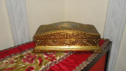 cofre antiguo italiano dorado en madera diseño relieve vealo