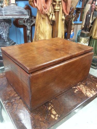 cofre antiguo tallado en madera cedro