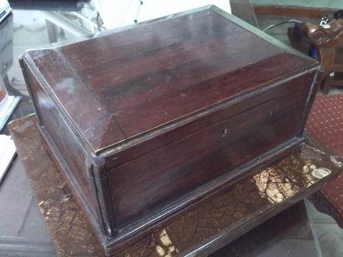 cofre en madera antiguo en cedro