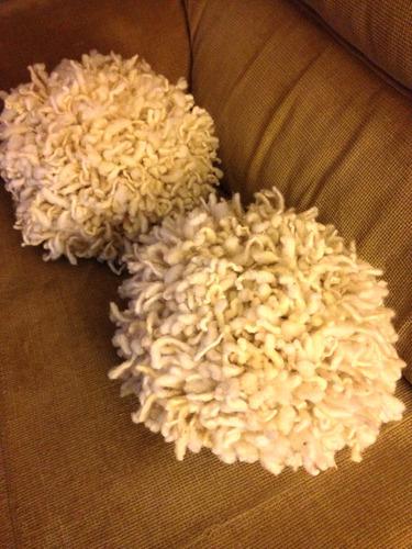 cojin tipo ponpom lana natural oveja.