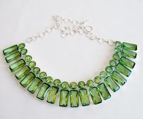 colar  banhado a prata com cristais verde peridoto