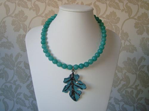 colar bolas pedra jade turquesa pingente folha metal strass