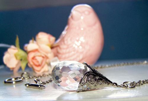 colar com pingente de pedra transparente