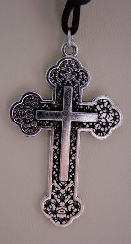 colar comprido de couro com crucifixo