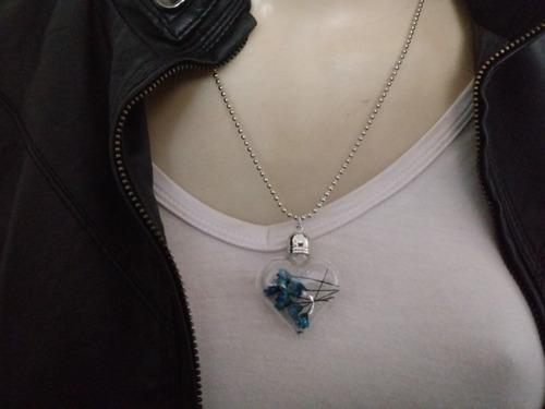 colar coração de vidro ,com flores azuis tipo poção