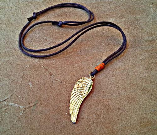 colar cordão asas