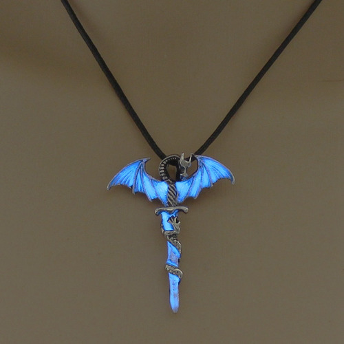 colar cordão masculino dragão na espada brilha no escuro