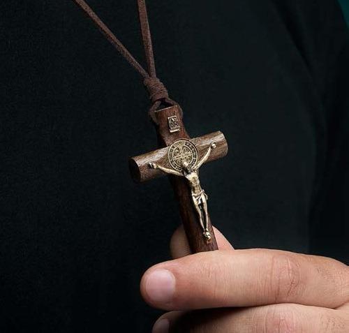 colar crucifixo são bento cilíndrico imbuia ouro velho couro