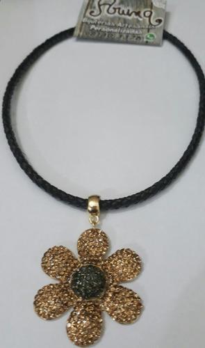 colar de couro com pingente flores e cruz, topissima!