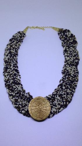 colar de miçanga mesclada com aplique em capim dourado