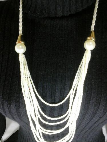 colar de missanga brancas com acabamento em dourado