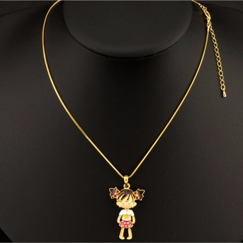 colar dourado com pingente de menina